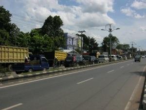 alu lintas yang padat di depan sebuah spbu di banjarbaru, foto diambil pada suatu siang